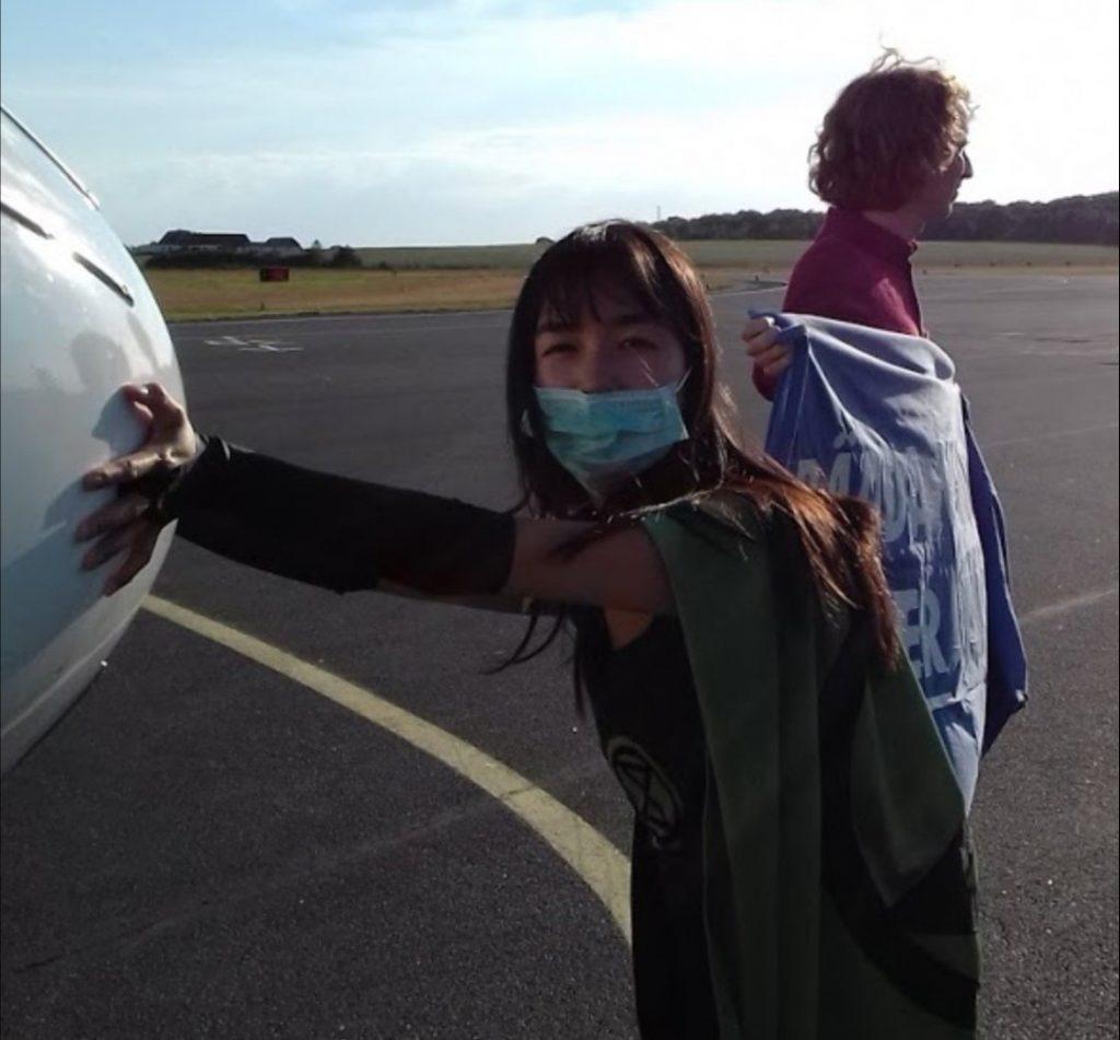 Limmade fast sig frivilligt på ett flygplan